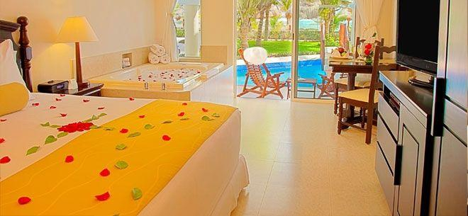 Ocean front Swim-up Jacuzzi Jr Suite